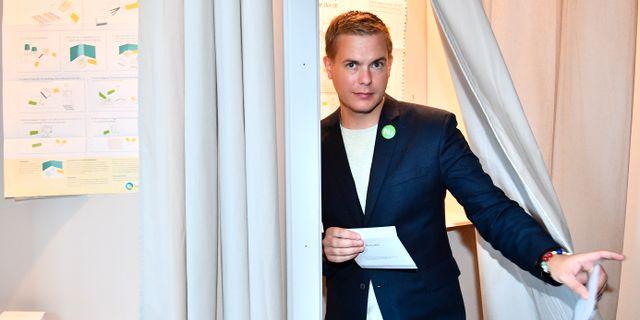 Gustav Fridolin förtidsröstar. Johan Nilsson/TT / TT NYHETSBYRÅN