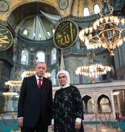 Erdogan och frun Emine i Hagia Sofia i torsdags. TT NYHETSBYRÅN
