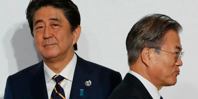 Japans premiärminister Shinzo Abe och Sydkoreas presiden Moon Jae-In. Kim Kyung-Hoon / TT NYHETSBYRÅN