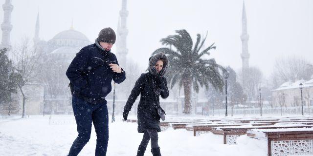 Snö i Istanbul på lördagen. Mert Akyol / TT / NTB Scanpix