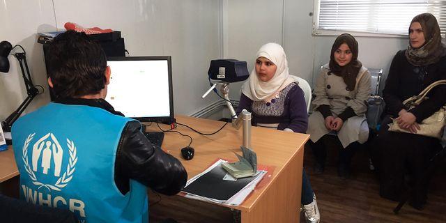 En syrisk kvinna intervjuas och får sina ögon scannade av UNHCR, som ett steg i processen att få delta i organisationens flyktingprogram.  Karin Laub / TT / NTB Scanpix