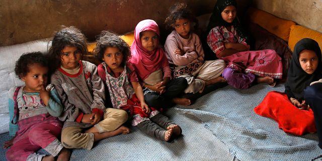 Barn i Jemen som har förlorat sin bror i svälten. Arkivbild från 2016. Hani Mohammed / TT NYHETSBYRÅN