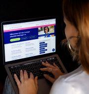 Ung kvinna söker jobb via Arbetsförmedlingens sajt. Jessica Gow/TT / TT NYHETSBYRÅN