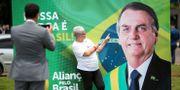 En anhängare poserar framför ett plakat med Bolsonaro. UESLEI MARCELINO / TT NYHETSBYRÅN