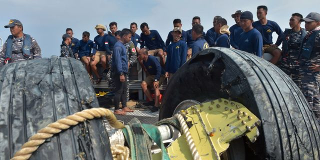 Arkivbild från räddningsarbetet efter flygolyckan med Lionairplanet ADEK BERRY / AFP
