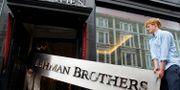 Illustrationsbild: En Lehman Brothers-skylt bärs iväg för att auktioneras bort i London 2010.  Kirsty Wigglesworth / TT NYHETSBYRÅN