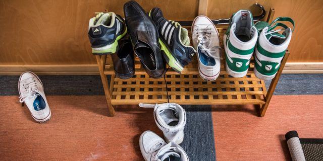 Skor i hallen på ett HVB-hem för ensamkommande flyktingbarn i Södra Stockholm. Illustrationsbild/arkivbild. Tomas Oneborg/SvD/TT / TT NYHETSBYRÅN