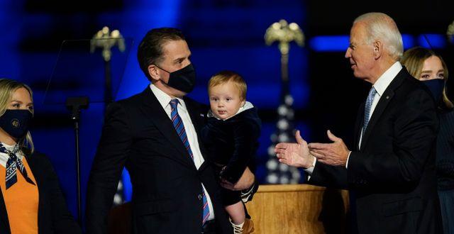 Hunter Biden med sitt barn och sin pappa.  Andrew Harnik / TT NYHETSBYRÅN