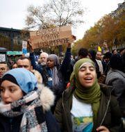 """En kvinna håller upp en skylt med texten """"Tillsammans mot islamofobi"""". Thibault Camus / TT NYHETSBYRÅN"""
