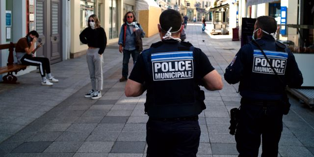 Poliser på gatorna i staden Sceaux Thibault Camus / TT NYHETSBYRÅN