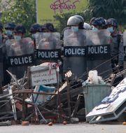 Poliser under protester i Myanmar TT NYHETSBYRÅN