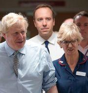 Boris Johnson och Matt Hancock under ett besök på ett sjukhus i november. POOL / TT NYHETSBYRÅN