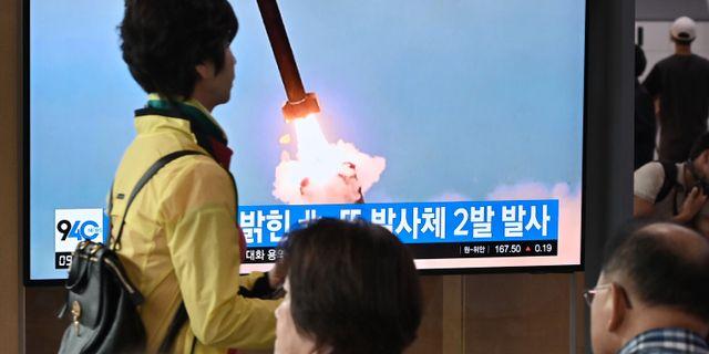 Bilder på den nya projektilen visas på sydkoreansk tv i Seol. JUNG YEON-JE / AFP