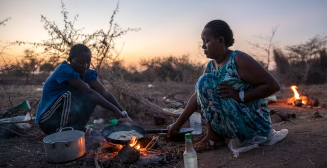 Tigreanska kvinnor lagar mat i ett flyktingläger.  Nariman El-Mofty / TT NYHETSBYRÅN