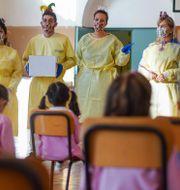 Sjukvårdspersonal håller presentation på skola i Rom 6 oktober. Andrew Medichini / TT NYHETSBYRÅN