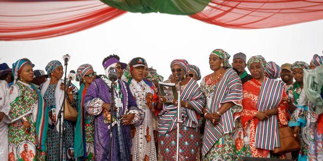 Medlemmar ur Nigerias president Muhammadu Buharis parti talar på ett valmöte i Abuja. Ben Curtis / TT NYHETSBYRÅN