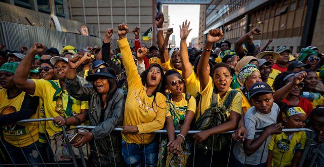ANC-anhängare firar. Ben Curtis / TT NYHETSBYRÅN/ NTB Scanpix