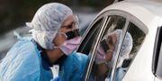 En patient testas i sin bil i Washington, USA. Elaine Thompson / TT NYHETSBYRÅN