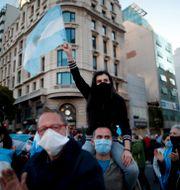 Protester mot restriktionerna i huvudstaden Buenos Aires. Natacha Pisarenko / TT NYHETSBYRÅN