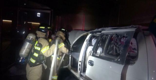 Brandmän släcker branden. Reuters TV / TT NYHETSBYRÅN