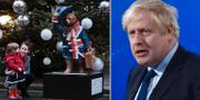 Barn beundrar julgran utanför 10 Downing Street och premiärminister Boris Johnson.   TT