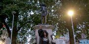 Jen Reid framför statyn av henne i Bristol. Matt Dunham / TT NYHETSBYRÅN