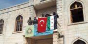 Turkiska flaggan uppges hissas på en balkong i Afrin.  Turkiska militären