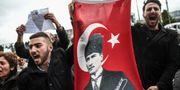Partimedlemmar i oppositionspartiet CHP protesterar mot helgens folkomröstning. OZAN KOSE / AFP