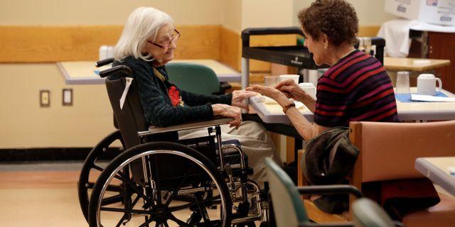 En kvinna talar med sin dementa mamma i New York, USA/arkivbild.  Richard Drew / TT NYHETSBYRÅN