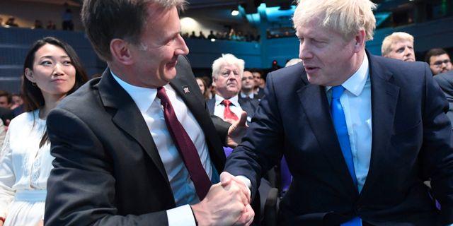 Utrikesminister Jeremy Hunt gratulerar Boris Johnson.  Stefan Rousseau / TT NYHETSBYRÅN