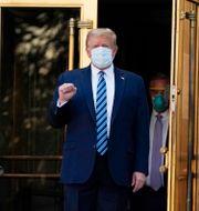 Donald Trump när han lämnar sjukhuset.  Evan Vucci / TT NYHETSBYRÅN