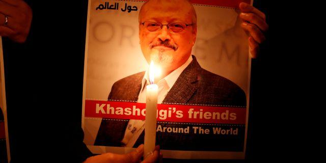 En demonstrant håller upp en bild på Jamal Khashoggi utanför saudiska konsulatet i Turkiet.  Osman Orsal / TT NYHETSBYRÅN