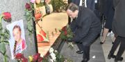 Statsministern lägger blommor i det hörn på Åhléns City där den kapade lastbilen kraschade. Claudio Bresciani/TT / TT NYHETSBYRÅN
