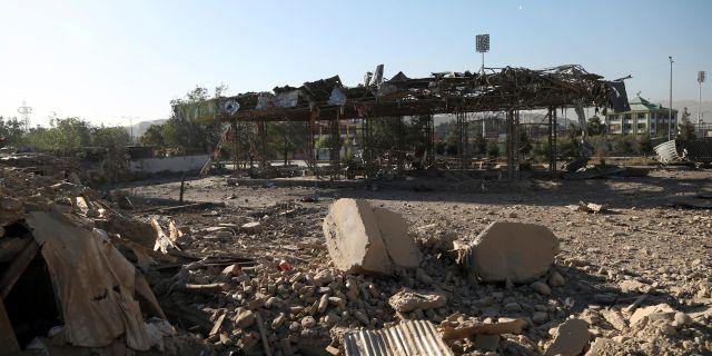 Bild från förödelsen efter gårdagens attack i Kabul. Rahmat Gul / TT NYHETSBYRÅN/ NTB Scanpix