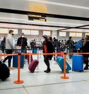Resenärer på flygplatsen Gatwick söder om London.  Gareth Fuller / TT NYHETSBYRÅN