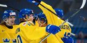 Sveriges Axel Jonsson Fjällby, Marcus Davidsson, Erik Brännström och Glenn Gustafsson jublar efter 2-3-målet under ishockeymatchen i JVM mellan Ryssland och Sverige den 31 december 2017 i Buffalo. JOEL MARKLUND / BILDBYR N