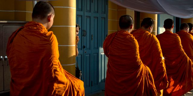Illustrationsbild på buddhistiska munkar. Gemunu Amarasinghe / TT NYHETSBYRÅN