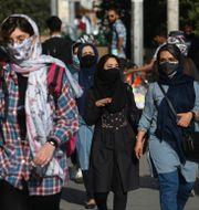 Personer med munskydd i Irans huvudstad Teheran. Vahid Salemi / TT NYHETSBYRÅN