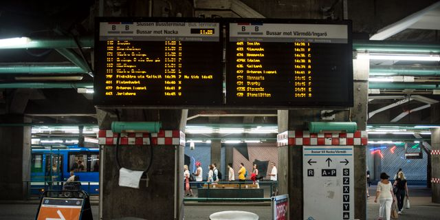Arkivbild på skylt som visar busstider.  Pi Frisk/SvD/TT / TT NYHETSBYRÅN