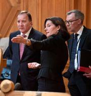 Statsminister Stefan Löfven, KU:s ordförande Karin Enström och Per Hall, rättschef i statsrådsberedningen. Jessica Gow/TT / TT NYHETSBYRÅN