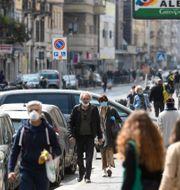 Allt fler människor syns på Milanos gator. DANIELE MASCOLO / TT NYHETSBYRÅN