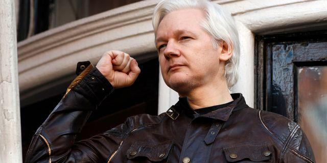 Assange hälsar på sina anhängare under fredagen. Frank Augstein / TT NYHETSBYRÅN