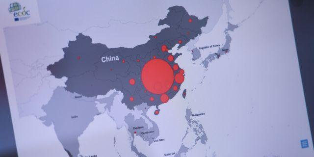 Arkivbild: Skärm på kontoret för EU:S smittskyddsmyndighet som visade coronavirusets spridning i Kina i slutet av januari. Ali Lorestani/TT / TT NYHETSBYRÅN