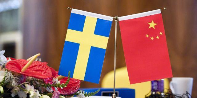 En svenska flagga och en kinesisk flagga. Arkivbild. TT