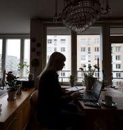Kvinna som sitter hemma och arbetar vid sin dator.  Stina Stjernkvist/TT / TT NYHETSBYRÅN