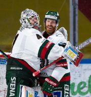 Frölundas målvakt Niklas Rubin och Jens Olsson jublar efter segern mot Luleå.  SIMON ELIASSON / BILDBYRÅN