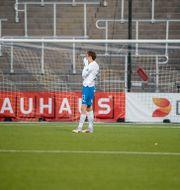 Norrköpings Ísak Bergmann Jóhannesson dröjde sig kvar länge på planen efter matchslut, märkbart besviken på oavgjort resultat i måndagens fotbollsmatch i allsvenskan mellan IFK Norrköping FK och Mjällby AIF på Östgötaporten i Norrköping Stefan Jerrevång/TT / TT NYHETSBYRÅN