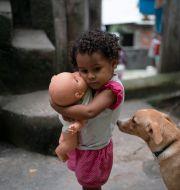 Flicka i Rio de Janeiro.  Leo Correa / TT NYHETSBYRÅN