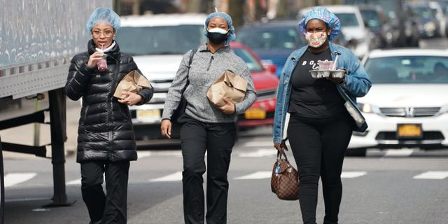 Sjukvårdspersonal går till Wyckoff Hospital i Brooklyn. BRYAN R. SMITH / TT NYHETSBYRÅN