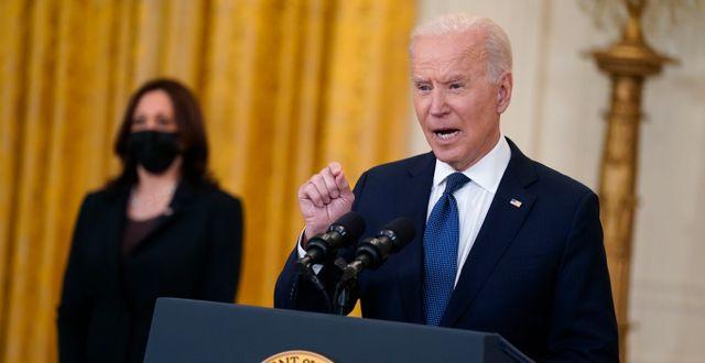 Joe Biden. Vicepresident Kamala Harris i bakgrunden.  Evan Vucci / TT NYHETSBYRÅN